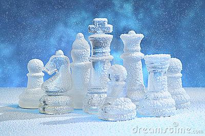 figuras-del-ajedrez-bajo-nieve-17694874