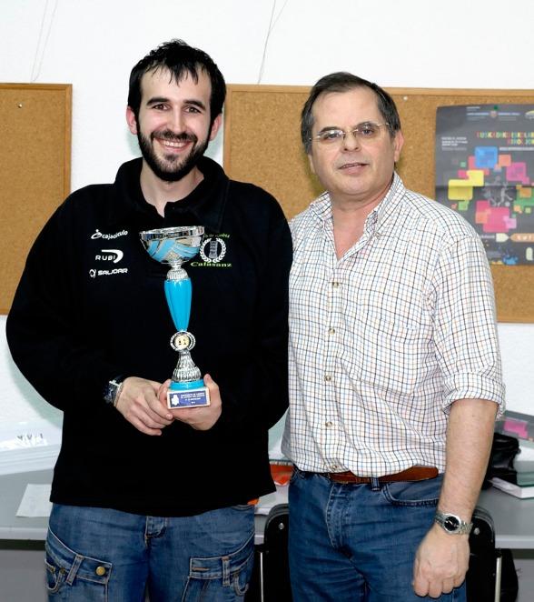 Iurgi Velasco recoge el trofeo al tercer clasificado: CALASANZ