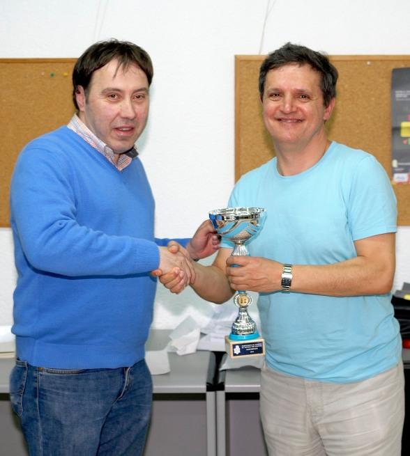 Fernandez de Pinedo recoge el trofeo al 2º clasificado EGUIDAZU