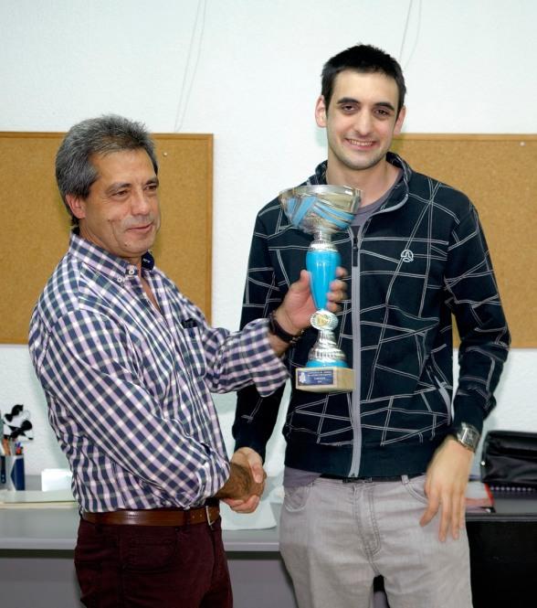Igor Villalta recoge el trofeo de Campeón de Alava SAN VIATOR