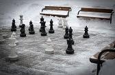 17898379-ajedrez-al-aire-libre-en-invierno-cubierto-de-nieve